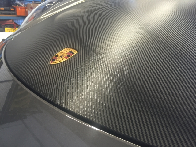 covering carbone porsche salon